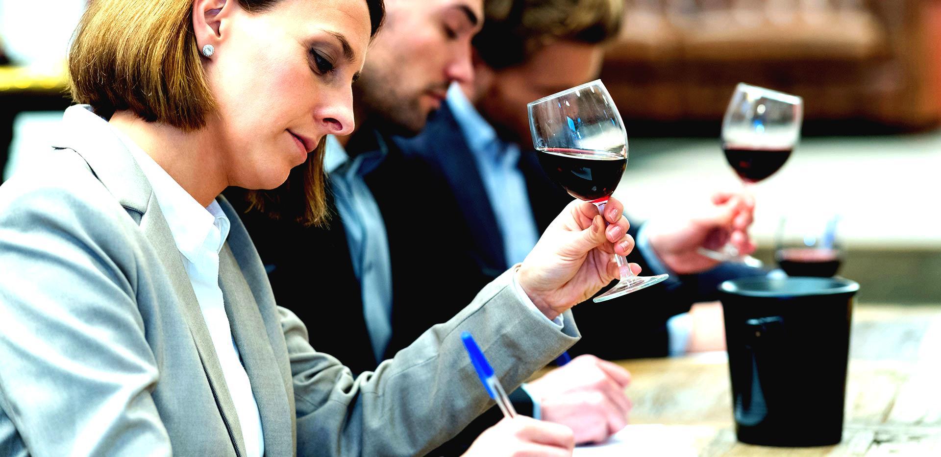 Catadores en un concurso de vinos.